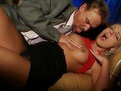 ستاره پورن بالغ با تصاویر سکسی دوجنسه یک زن سیاه دوش می گیرد و به آرامی او را روی تخت می اندازد