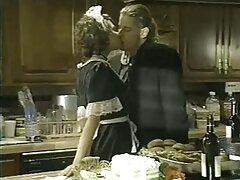 یک زن خانه دار بالغ به راحتی طرفدار همسایه جوان تماشایی فیلم سکس با رابطه جنسی لزبین بود