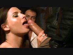 یک لاس عکس های فیلم سکسی زدن جوان جلوی دوربین می رود و بیدمشک او را تکان می دهد