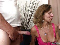 ستاره پورنو داغ شرقی با دیدن فیلم سکس مامان اشتیاق یک دیک سواری را سوار می کند