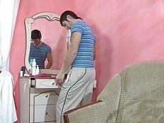یک زن خانه دار بالغ به طور جدی زحمت فیلم سکس کندی چارمز همسایه جوان خود را می دهد