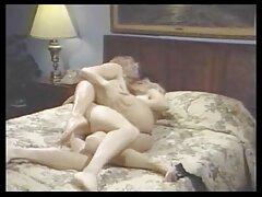 او فیلم سکس پرده زدن دختر جوان را به خانه می آورد و با اشتیاق او را از طرق مختلف در آشپزخانه می کشد