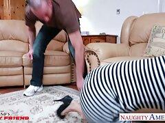 یک دوست پسر با یک خال کوبی به سبک سگ ، فیلم سکس با مربی ورزش دختری را بی رحمانه می کند